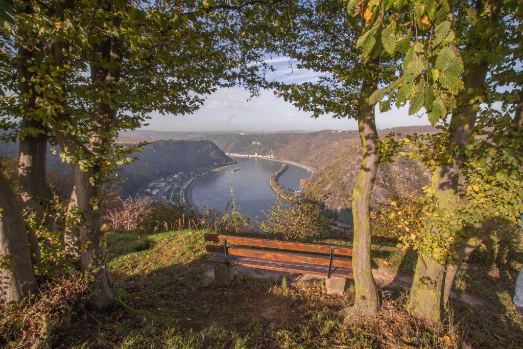 Rheinburgenweg mit Aussicht auf Rhein und Loreleyfelsen