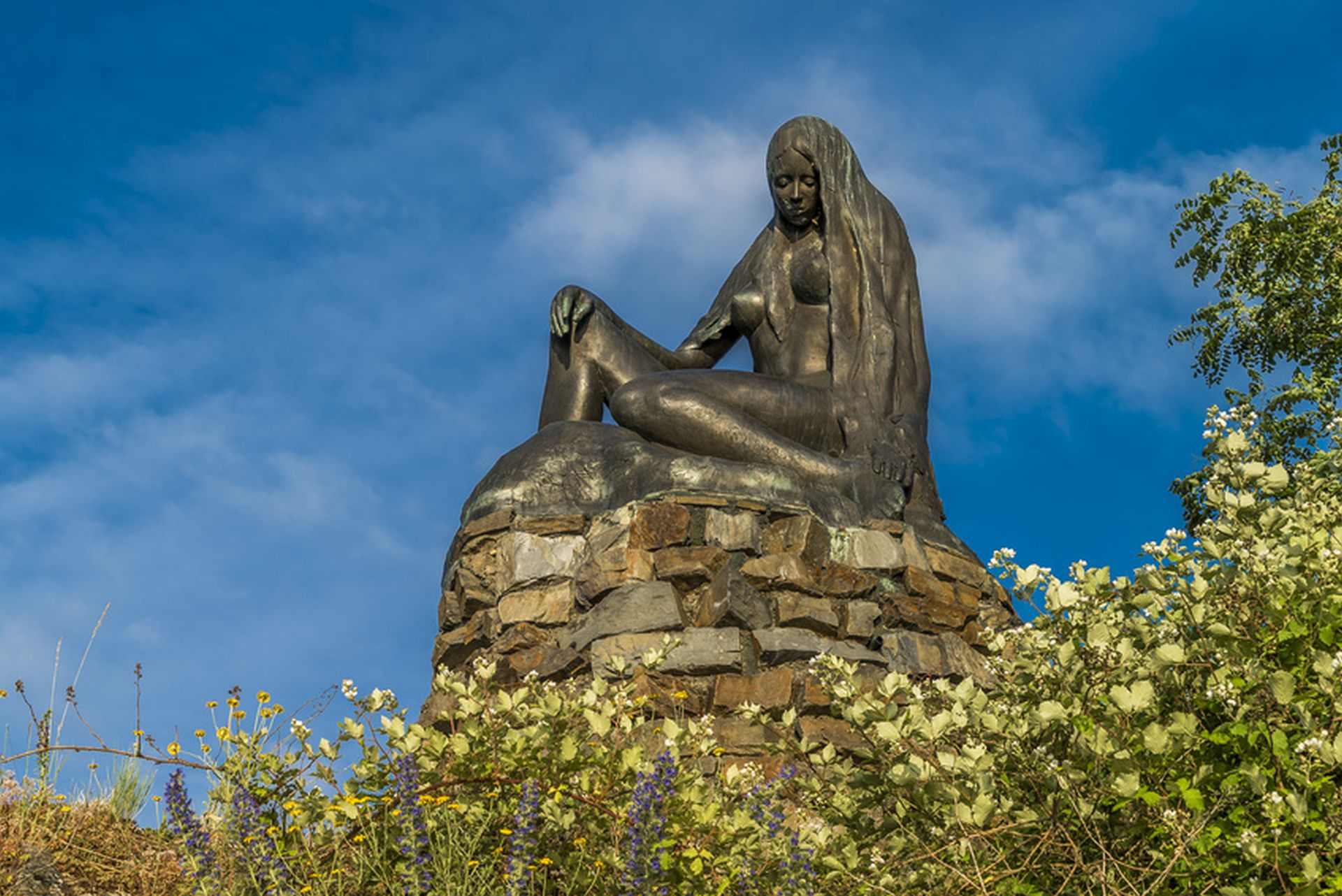 Loreley-Skulptur auf Felsen blickt auf den Rhein bei Sankt Goarshausen