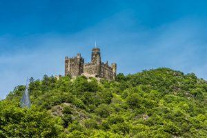 Burg Maus und Kirchturmspitze von Sankt Goarshausen am Rhein